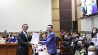 Menkumham Yasonna H Laoly dan Ketua Komisi III DPR Herman Herry Saat Membahas RUU MK. (Foto: Dokumentasi Kemenkumham).