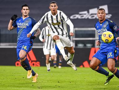 Pemain Juventus Cristiano Ronaldo mencetak gol ke gawang Udinese pada pertandingan Liga Italia di Allianz Stadium, Turin, Italia, Minggu (3/1/2021). Juventus menang 4-1 dengan sumbangan dua gol dari Cristiano Ronaldo. (Marco Alpozzi/LaPresse via AP)