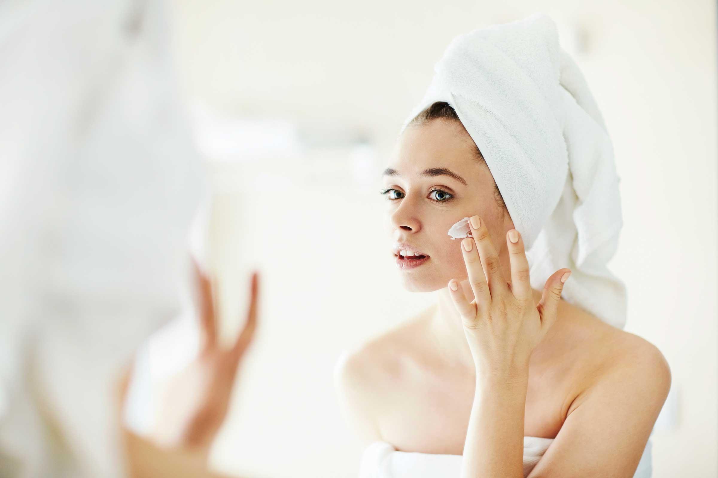 Cara pakai sunscreen yang benar,mana yang benar pakai sunscreen sebelum
