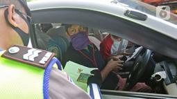 Polisi memeriksa kendaraan di Pos Penyekatan Jalur Mudik, Gerbang Tol Cikarang Barat, Bekasi, Rabu (20/5/2020). Sejak 24 April sampai 19 Mei 2020, Ditlantas Polda Metro Jaya telah memutarbalikkan 20.972 kendaraan mudik Lebaran yang hendak meninggalkan Jabodetabek. (Liputan6.com/Herman Zakharia)