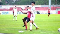 Striker Persipura Jayapura, Titus Bonai ditempel ketat oleh bek Kalteng Putra, Bobby Satria, dalam laga Piala Presiden 2019 di Stadion Moch. Soebroto, Magelang, Sabtu (16/3/2019). (Bola.com/Vincentius Atmaja)