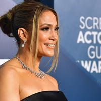 Aktris dan penyanyi Jennifer Lopez menghadiri ajang Screen Actors Guild Awards atau SAG Awards 2020 ke-26 di Shrine Auditorium Los Angeles, Minggu (19/1/2020). JLo tampil elegan mengenakan gaun hitam off shoulder dari Georges Hobeika dalam potongan minimalis yang elegan. (Frederic J. Brown/AFP)