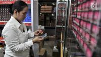 Petugas memeriksa kosmetik saat melakukan razia di pertokoan Pasar Baru, Jakarta, Rabu (12/12). Razia tersebut guna mencegah peredaran produk kosmetik yang tidak dilengkapi surat izin dan kedaluwarsa. (Merdeka.com/Iqbal S. Nugroho)