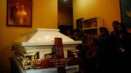 """Jenazah Djudjuk Djuwariah (67) kala disemayamkan di rumah duka Gremet, Manahan, Solo, Jateng, Jumat (6/2) malam. Djudjuk """"Srimulat"""" wafat pada Jumat sore pukul 15.10 WIB di Rumah Sakit Dr. Sardjito Yogyakarta karena sakit. (ANTARA FOTO/Andika Betha)"""