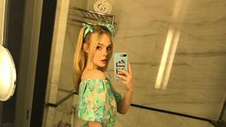 Tak hanya untuk berpergian atau pemotretan, Elle juga sangat senang menggunakan dress saat di rumah. Ia sempat memarkan outfilnya di rumah di akun sosial medianya. Elle tampak cute dan anggun dengan floral dress hijau dipadukan dengan gaya ponytail. (Liputan6.com/IG/ellefanning)