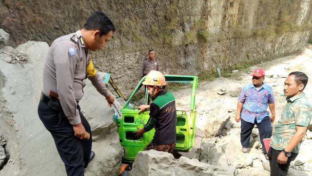 Truk ringsek tertimpa reruntuhan longsor batu cadas di Dukuh Sumelang Desa Gemeksekti, Kebumen, Sabtu, 31 Agustus 2019.. (Foto: Liputan6.com/Polres Kebumen/Muhamad Ridlo)