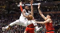 Guard Boston Celtics Jaylen Brown (kiri) beraksi pada laga NBA melawan Atlanta Hawks di TD Garden, Jumat (2/2/2018) atau Sabtu (3/2/2018) WIB. (AP Photo/Mary Schwalm)