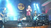 """Grass Rock saat tampil sebagai bintang tamu di Koser """"Find Our Love Again Tour 2018"""" Power Slaves, di Hard Rock Cafe, Jakarta (9/8). (Liputan6.com/Edu Krisnadefa)"""