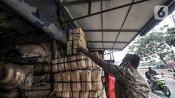 Pembeli memilih besek bambu di kawasan Jatinegara, Jakarta, Senin (19/7/2021). Pedagang mengaku harga jual besek bambu tetap stabil dengan kisaran Rp3.000 hingga Rp5.000 per buah. (merdeka.com/Iqbal S. Nugroho)