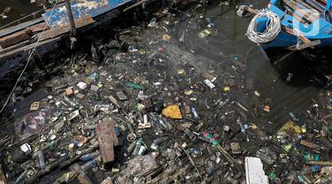 Tumpukan sampah mengambang di pinggir laut kawasan Kampung Nelayan, Penjaringan, Jakarta Utara, Minggu (20/9/2020). Sampah plastik dari kemasan air mineral hingga wadah makanan yang dibuang oleh warga ke laut ini menumpuk di pesisir karena terbawa arus. (Liputan6.com/Johan Tallo)