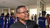 Asisten kepala delegasi Timnas Indonesia U-23, Sumardji, usai menghadiri latihan Tim Garuda Muda di Stadion Madya, Senayan, Jakarta, Jumat (8/3/2019). (Bola.com/Benediktus Gerendo Pradigdo)