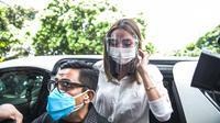 Selebritas Gisella Anastasia atau Gisel (kanan) didampingi pengacaranya tiba di Gedung Ditreskrimsus Polda Metro Jaya, Jakarta, Rabu (23/12/2020). Polisi kembali memanggil Gisel untuk pemeriksaan kasus video syur mirip dirinya. (Liputan6.com/Faizal Fanani)