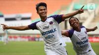 Selebrasi pemain Persita Tangerang, Rifky Dwi Septiawan (kiri) usai menjebol gawang Persela Lamongan dalam match day ketiga BRI Liga 1 2021/2022 di Stadion Pakansari, Bogor, Jumat (17/9/2021). Tim Pendekar Cisadane menang tipis 1-0 atas Persela Lamongan. (Bola.com/Ikhwan Yanuar)