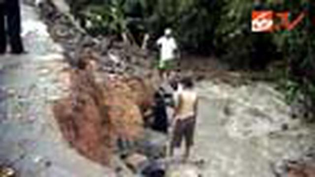 Banjir yang disebabkan hujan deras yang terus turun di Serang, Banten, Jum'at (30/1), membuat sebuah jalan yang baru dibangun longsor.