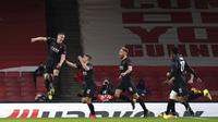 Bek Slavia Praha, Tomas Holes (kiri) melakukan selebrasi usai mencetak gol ke gawang Arsenal pada pertandingan leg pertama perempat final Liga Europa di Stadion Emirates di London, Jumat (9/4/2021). Arsenal bermain imbang atas Slavia Praha 1-1.  (John Walton/PA via AP)