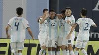 Pemain Argentina Nicolas Gonzalez dan rekan-rekannya merayakan gol ke gawang Paraguay dalam lanjutan Kualifikasi Piala Dunia 2022 di Estadio Alberto José Armando, Jumat (13/11/2020). (Juan Roncoroni, Pool via AP)