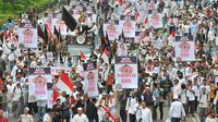 Ribuan massa aksi damai 4 November memadati kawasan Thamrin menuju Gedung Balai Kota, Jakarta Pusat, Jumat (4/11). Demo 4 November menuntut penuntasan proses hukum Basuki Tjahaja Purnama (Ahok) ini diikuti berbagai ormas. (Liputan6.com/Angga Yuniar)