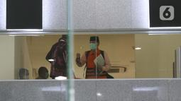 Mantan Anggota BPK, Rizal Djalil (kanan) sesaat turun untuk mengikuti rilis penahanan di Gedung KPK, Jakarta, Kamis (3/12/2020). Rizal Djalil diduga menerima suap Sin$ 100 ribu dari Komisaris Utama PT Minarta Dutahutama, Leonardo Jusnimarta Prasetyo. (Liputan6.com/Helmi Fithriansyah)