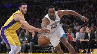 Center Charlotte Hornets Dwight Howard (kanan) melewati forward Los Angeles Lakers Larry Nance Jr pada laga NBA di Staples Center, Jumat (5/1/2018) atau Sabtu (6/1/2018) WIB. (AP Photo/Mark J. Terrill)