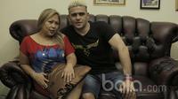 Cristian Gonzales, striker  Arema FC didampingi istrinya Eva Siregar di kediaman mereka di kota Malang, Jawa Timur. (Bola.com/Peksi Cahyo)