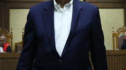 Dorodjatun Kuntjoro-Jakti meninggalkan ruang sidang Pengadilan Tipikor, Jakarta, Kamis (12/7). Dorodjatun batal bersaksi dalam sidang kasus dugaan korupsi penerbitan SKL BLBI dengan terdakwa Syafruddin Arsyad Temenggung. (Liputan6.com/Helmi Fithriansyah)