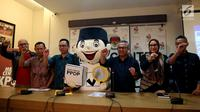 Ketua KPU Arief Budiman (ketiga kanan) bersama Komisioner KPU Wahyu Setiawan, Evi Novida, Viryan Azis, Pramono Ubaid Tanthowi, dan Ilham Saputra (dari kanan) memberikan keterangan pers di Kantor KPU, Jakarta, Minggu (14/1). (Liputan6.com/Johantallo)