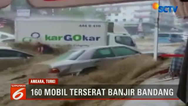 Tak cuma mengagetkan warga, derasnya arus air menyeret sekitar 160 mobil dan menyebabkan empat orang cedera serta merusak 25 kantor bisnis.