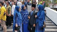 Anggota DPR dari Fraksi Nasdem, Lora Fadil bersama tiga istrinya saat pelantikan. (Dokumen pribadi)