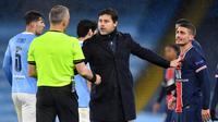Pelatih PSG, Mauricio Pochettino tampak memprotes keputusan wasit pada laga leg kedua semifinal Liga Champions kontra Manchester City. (Paul ELLIS / AFP)