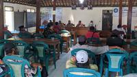 Warga Desa Tambahagung, Kecamatan Tambakromo, menggeruduk balai desa setempat, Kamis (3/9/2020) terkait penggunaan anggaran desa. (Liputan6.com/ Ahmad Adirin)
