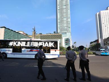 Petugas kepolisian melakukan penjagaan di kawasan Bundaran HI, Jakarta, Senin (1/5). Seperti diketahui, puluhan ribu buruh akan berkumpul ke Ibu Kota untuk mengelar unjuk rasa peringatan Hari Buruh Internasional. (Liputan6.com/Johan Tallo)