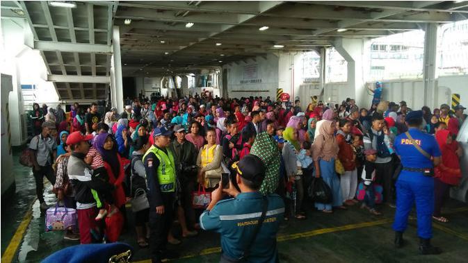 Penduduk pulau terdekat Gunung Anak Krakatau dievakuasi ke Lampung. (Liputan6.com/Yandhi Deslatama)