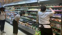 Pengunjung sedang memilih makanan microwave di minimarket Taiwan (TETO)