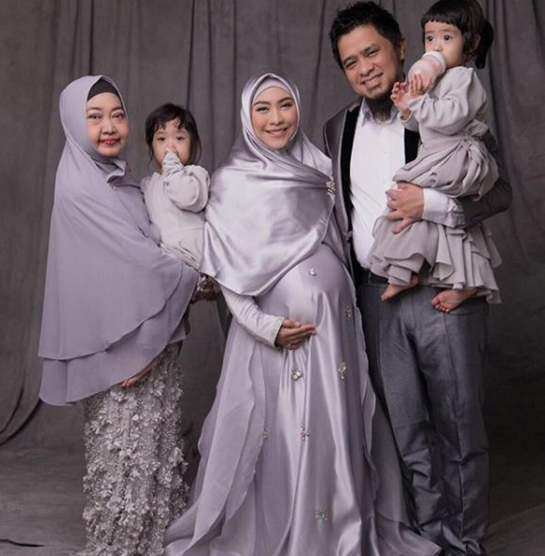 Oki Setiana Dewi foto bersama sebelum berangkat ke rumah sakit untuk menjalani persalinan (Instagram/@okisetianadewi)