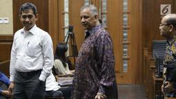 Terdakwa dugaan suap proyek PLTU Riau-1 yang juga mantan Dirut PLN, Sofyan Basir (tengah) bersama kuasa hukumnya jelang sidang lanjutan di Pengadilan Tipikor, Jakarta, Senin (26/8/2019). Sidang mendengar keterangan saksi ahli yang dihadirkan JPU KPK. (Liputan6.com/Helmi Fithriansyah)