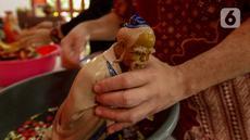 Warga keturunan Tionghoa mencuci rupang atau patung dewa di Klenteng Kong Miao, Jakarta, Sabtu (18/1/2020). Menyambut Tahun Baru Imlek 2571 pada 25 Januari 2020, warga keturunan Tionghoa mulai membersihkan peralatan sembahyang dan menghias Klenteng. (merdeka.com/Imam Buhori)