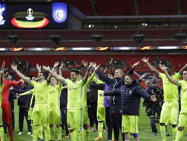 Para pemain Gent merayakan keberhasilan lolos ke babak 32 besar Piala Eropa usai bermain imbang 2-2 dengan Tottenham di Stadion Wembley, Inggris, Kamis (23/2/2017). Gent lolos dengan agregat 3-2. (AP/Matt Dunham)