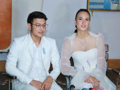 Tyas Mirasih dan Raiden Sudjono jadi salah satu tamu yang hadir di resepsi pernikahan Nadine Chandrawinata dan Dimas Anggara di Jakarta. (Adrian Putra/Bintang.com)