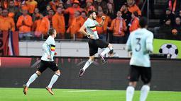 Ekspresi pemain Belgia, Yannick Ferreira-Carrasco (tengah) usai mencetak gol penyama kedudukan ke gawang Belanda pada laga persahabatan di Amsterdam ArenA stadium, Amsterdam, (9/11/2016). (AFP/Emmanuel Dunand)