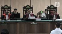Majelis Hakim Djuyamto memimpin sidang perdana kasus penyiraman Novel Baswedan di Pengadilan Negeri Jakarta Utara, Kamis (19/3/2020). Dua terdakwa, yakni Ronny Bugis dan Rahmat Kadir Mahulete menjalani sidang dengan agenda pembacaan dakwaan oleh Jaksa Penuntut Umum. (merdeka.com/Iqbal Nugroho)