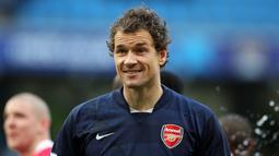 Kiper Arsenal, Jens Lehmann pernah kedapatan buang air kecil ketika berlangsungnya pertandingan melawan Unirea Urziceni di laga Grup G Liga Champions 2009. Ia langsung berlari ke belakang gawang dan melompati papan iklan untuk buang air kecil sambil berlutut. (Foto: AFP/Andrew Yates)