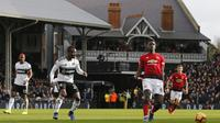 Gelandang Manchester United, Paul Pogba, melepas umpan saat melawan Fulham pada laga Premier League di Stadion Craven Cottage, London, Sabtu (9/2). Fulham kalah 0-3 dari MU. (AFP/Ian Kington)