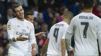 Gareth Bale (kiri) merayakan kemenangan bersama Roanldo dan Karim Benzema setelah melibas  Rayo Vallecano  10-2 di Stadion Santiago Bernabeu, Madrid,(20/12/2015). (AFP Photo/Curto De La Torre)