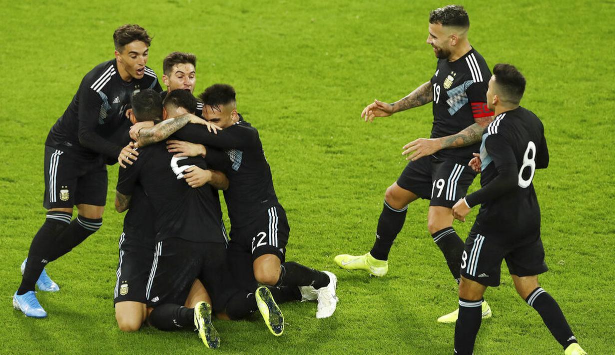 Para pemain Argentina merayakan gol yang dicetak oleh Lucas Alario ke gawang Jerman pada laga persahabatan di Stadion Signal Iduna Park, Rabu (9/10). Kedua tim bermain imbang 2-2. (AP/Bernd Thissen)