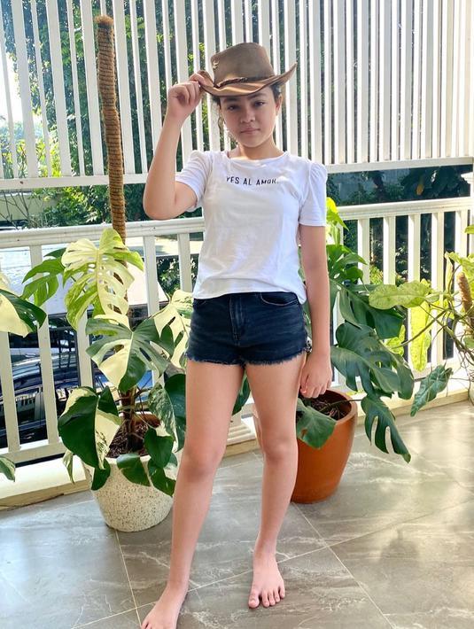 "Si cantik Janeeta Amira merupakan putri sulung Tata Janeeta yang diadopsi sejak 2011 silam. ""Anak ku sayang ga terasa sudah mau naik kelas 4 tapi tinggi nya sudah 153,"" tulis Tata. (Foto: instagram.com/tatajaneetaofficial)"