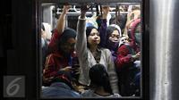 Penumpang berjubel saat KRL commuter line Jakarta Kota-Bogor melintas di Stasiun Pasar Minggu, Jakarta, Selasa (24/11). Pohon tumbang di perlintasan KRL antara Citayam dan Bojonggede, membuat perjalanan kereta terganggu. (Liputan6.com/Immanuel Antonius)