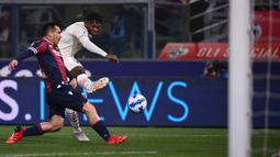 AC Milan unggul 1-0 pada menit ke-16. Tembakan Rafael Leao usai menerima umpan terobosan Zlatan Ibrahimovic sempat mengenai ujung kaki Gary Medel sebelum meluncur masuk ke dalam gawang Bologna yang dikawal Lukasz Skorupski. (AFP/Marco Bertorello)