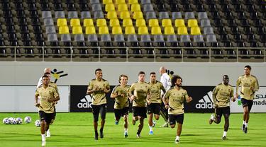 Para pemain Real Madrid melakukan pemanasan selama sesi latihan di King Abdullah Sport City di kota pelabuhan Arab Saudi, Jeddah (7/1/2020). Real Madrid akan bertanding melawan Valencia pada semifinal Piala Super Spanyol pada Kamis (9/1/2020) dini hari WIB. (AFP/Giuseppe Cacace)