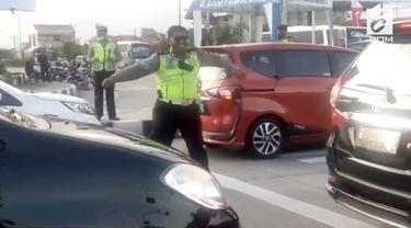 Di tengah kemacetan saat liburan panjang, seorang polisi menghibur diri dan pengendara dengan berjoget saat mendengar lagu Via Vallen.