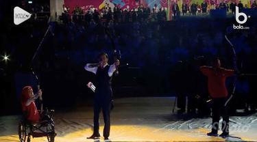 Presiden Joko Widodo unjuk kebolehan memanah saat pembukaan Asian Para Games 2018.
